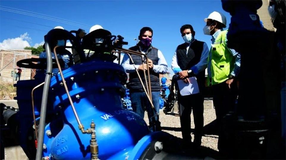 La inspección a los tanques de Lomas del Sur que hizo el gerente de Semapa con el alcalde electo Manfred Reyes Villa.   Carlos López