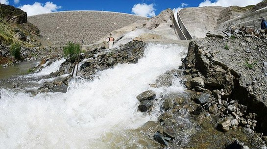 La gran cantidad de agua que sale del vertedero de la represa hacia la cuenca del Beni. | Carlos López